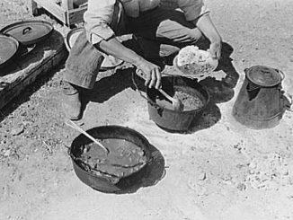 Vaquero comiendo chili a mediodía. Cerca de Marfa, Texas. Wikimedia Commons